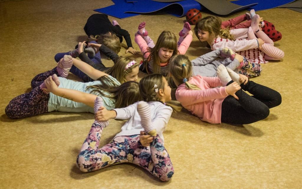 Gyerek gyermek jóga székesfehérváron Szűcs Dorina Jógaoktatóval